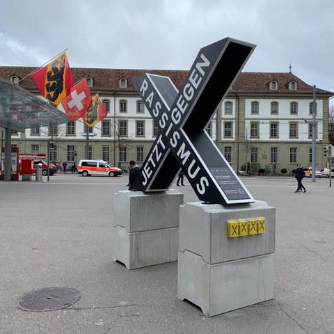 X Skulptur als Programmspender. Vergrösserte Ansicht