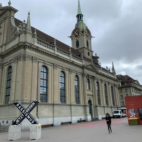 X Skulptur vor der Heiliggeistkirche. Vergrösserte Ansicht