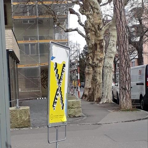 Plakate wurden vandalisiert. Vergrösserte Ansicht