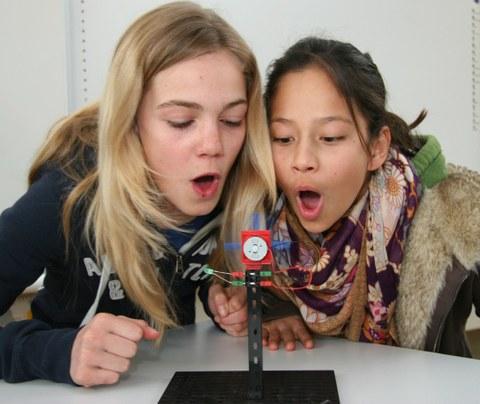Zwei Schülerinnen bei einem praktischen Versuch
