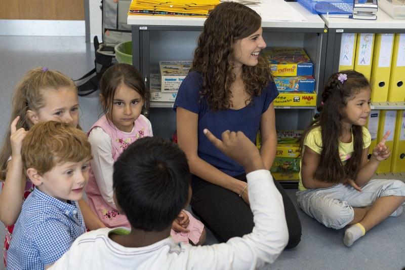 Heilpädagogin mit Schülerinnen