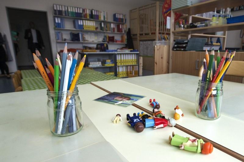 Lehrerpult in der Schule mit Farbstifen und Playmobilmännchen.