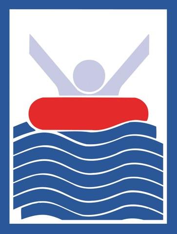 Bild zeigt eine Person mit Luftmatratze im tiefen Wasser.