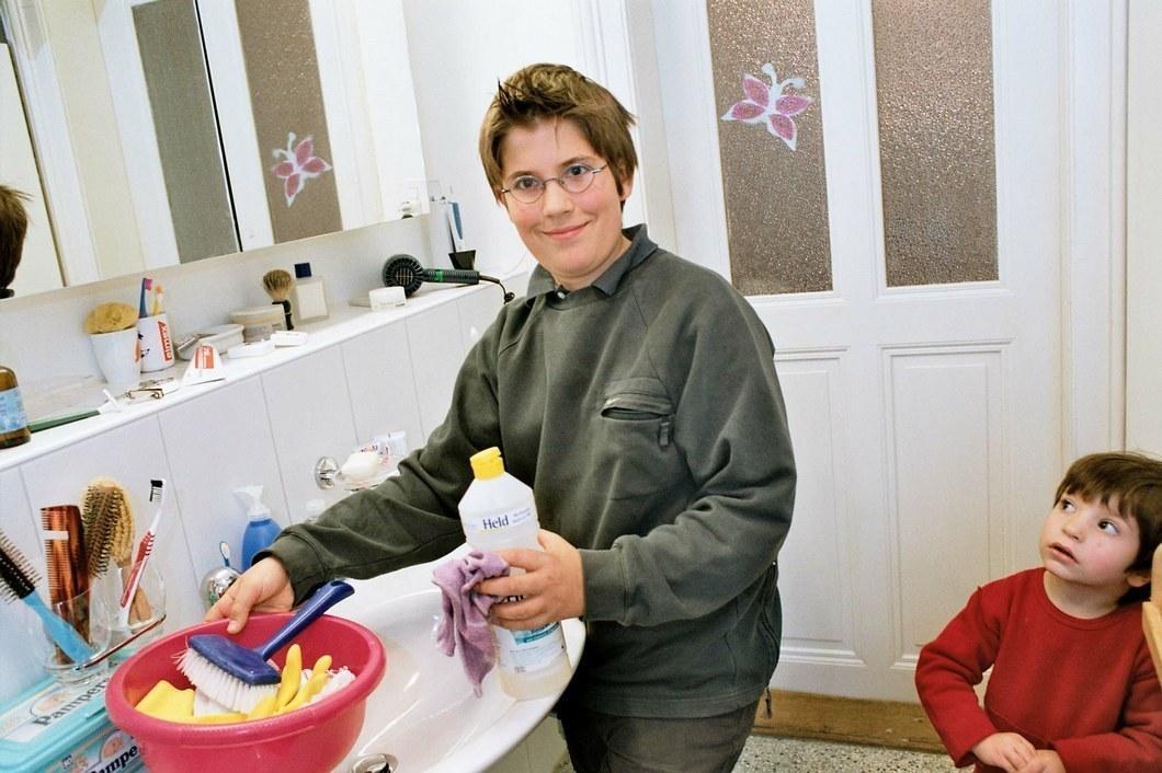 Junger Mann, der sich um den Haushalt und Kinder kümmert