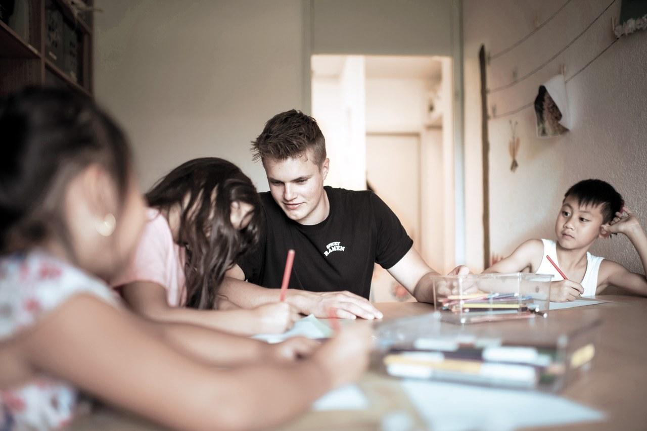 Andrin Oester in seinem Alltag als Fachmann Betreuung in einer Tagesschule