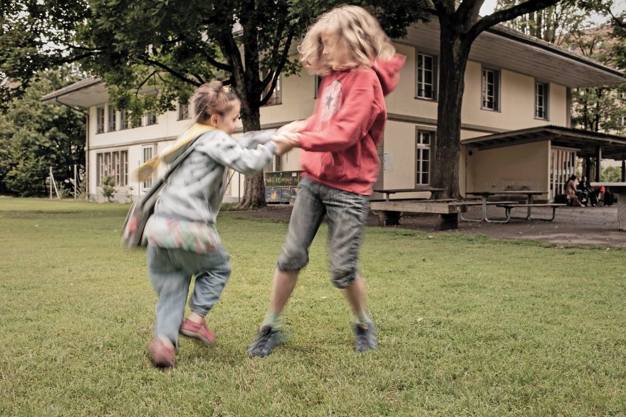 Zwei Kinder spielen auf dem Pausenplatz