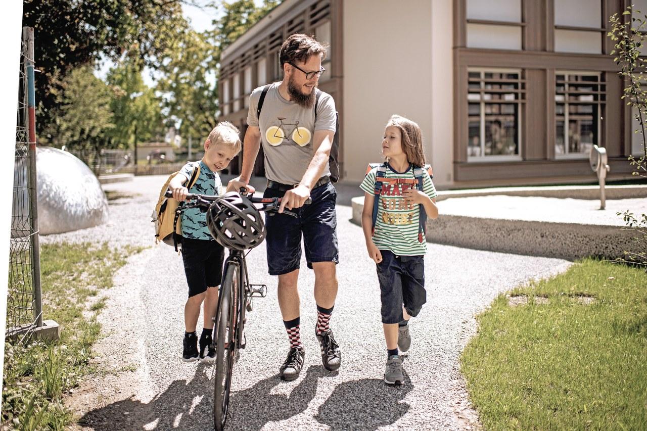 Christian Früh holt seine beiden Kinder von der Schule ab