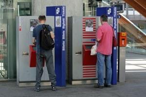 Personen an einem Ticketautomat