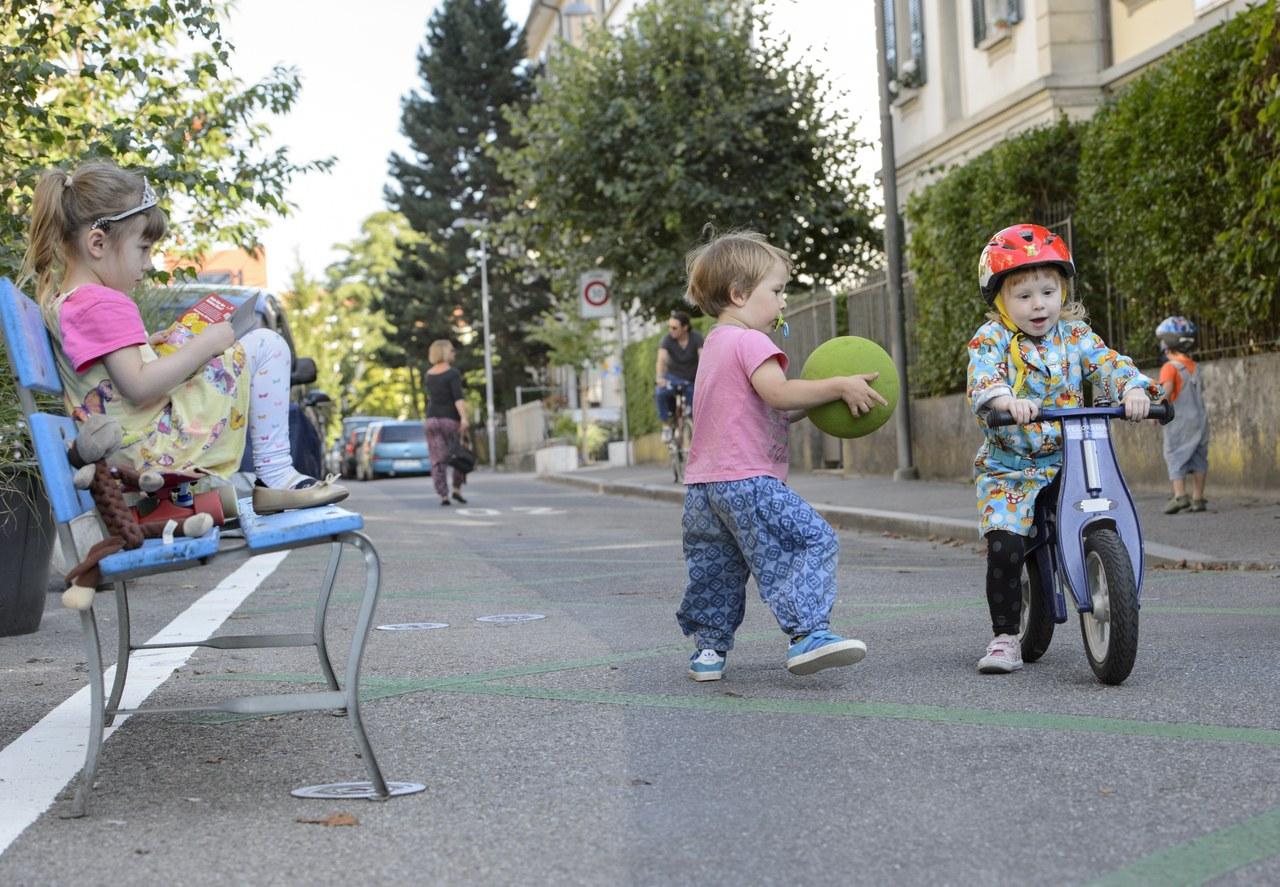 Spielende Kleinkinder in Begegnungszone