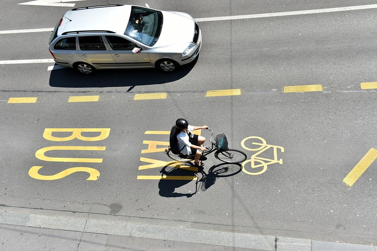 Bild Strasse mit Markierungen, Auto und Velofahrer