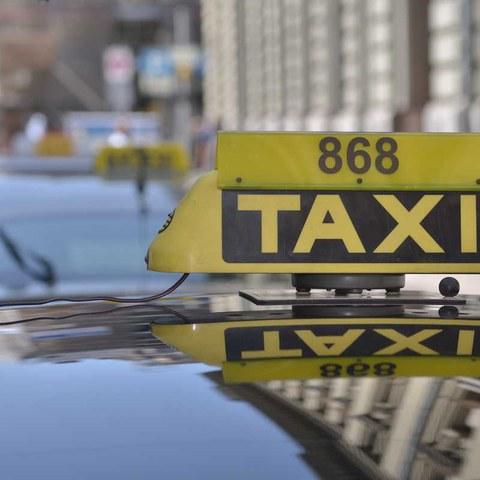 Fahrzeugdach mit Taxischild. Vergrösserte Ansicht