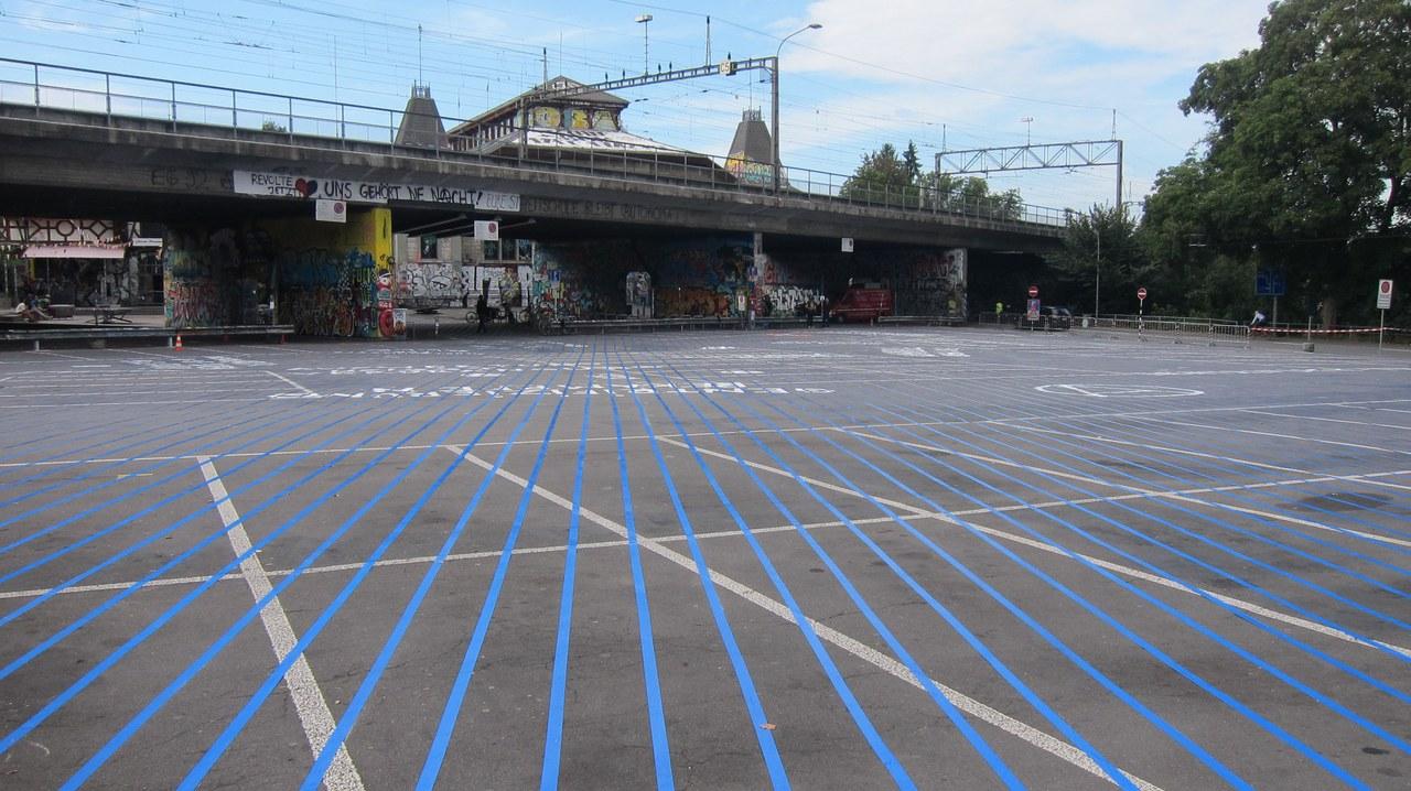 Schützenmatte Parkplatz mit blauen Streifen am Boden