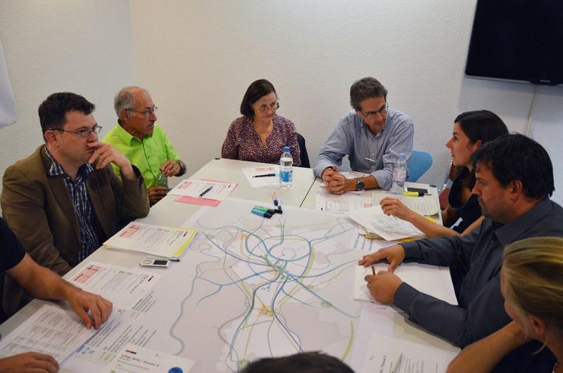 Vertreterinnen und Vertreter verschiedener Organisationen diskutieren die Inhalte des STEK 2016