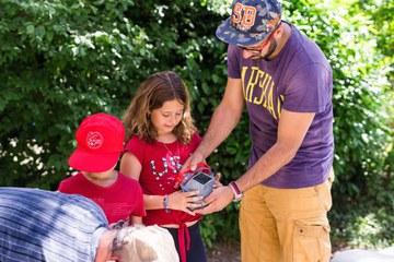 5 Kinder suchen Schätze im vermeintlichen Abfall P.Amez. Vergrösserte Ansicht