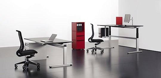 Büroeinrichtung mit Sitz- und Stehtischen